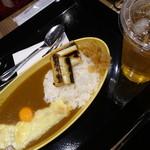 博多カレー研究所 博多とんこつあごだしカレー - あごだしカレー(840円・込)焼きねぎ(180円・込)チータマ(チーズと卵)(120円・込)100%リンゴサイダー(350円・込)