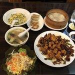 78986643 - 小籠包、焼き餃子、本日のプチサラダ、青ネギチャーハン、唐揚げの唐辛子炒め、野菜スープ