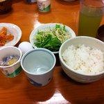 7899965 - ランチはご飯・味噌汁・サラダ・漬物食べ放題