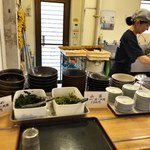 讃岐うどん屋 - わかめ、山菜、肉は小皿に盛り放題の設定