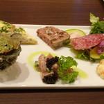 ビストロシュン - ◆前菜・・いつもながら盛り沢山でボリュームがあります。お写真は一人分です。 生ハムは目の前でカットされるのですが、キップのいい盛り方ですこと。