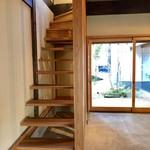 いなえ - オープンスペースの階段とお庭への扉