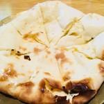 カトマンズ - クリームチーズナンのアップ。淵の部分は厚みがあってむちむち。