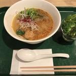 T's たんたん - たんたん麺と緑の野菜
