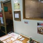 かつ丼と珈琲 聖 - お店の外ではテイクアウトのカツサンドやフレンチトースト、ホットドッグが売っています。