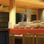 蕎麦と魚 銀平 - カウンターの奥から湯気