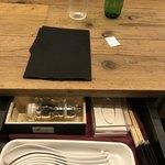 ラーメン ドゥエ エド ジャパン - テーブルに引き出しがついてるよ