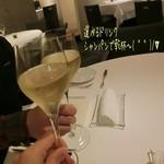 79023753 - 誕生日ディナー(15200円)の【記念日に★ドリンク付】♪                       選べるドリンクはシャンパンor赤or白のグラスワインを選べ、シャンパンで乾杯(^^)/∀ 脚の細い繊細なグラスで口当たりの良いシャンパン☆彡