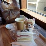 サンドイッチパーラー楽楽 - イートイン。りんごのサンドイッチ、コーヒー。