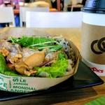 ブルックスミビョウカフェ - 照焼チキンと人参マリネ、水菜のサンドイッチ