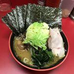 横濱家系ラーメン 勝鬨家 - 迫力ある野菜盛り!