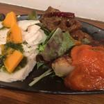 自然派ダイニング ベアグリーン - 前菜プレート:鶏ハム&バジル&チーズ、レンコンの南蛮煮、オムレツ