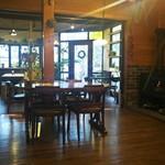 カフェ ハチス - 右には暖炉。 落ち着いた内観