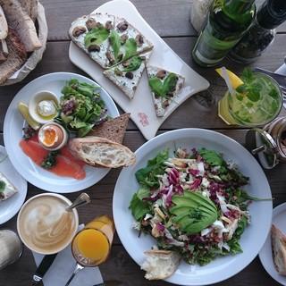 タルティーヌやたっぷりサラダで健康的なお食事を