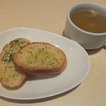 ベツ・バラーレ - 「ベツバラセット」(1,550円)のガーリックトーストとスープ。