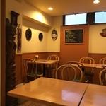 カレーレストラン シバ - 店内。比較的明るい空間ですね✧*。