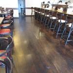 神戸ラーメン さざん - 内観:カウンター、テーブル席