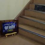 grado - ビルの階段あがります!