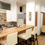 茶菓 えん寿 - 店内はカウンターとテーブル3卓
