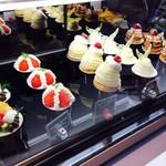 cafe de lacasa - カップケーキ各¥410、洋ナシタルト¥480 (税込)