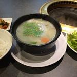 食いしんぼう - 「コムタンスープセット」。 かなり濃い味付けのスープ、ご飯は柔らかめ。 サラダとキムチは美味です。 お菜もなく、これで税込1000円。。
