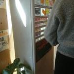 麺家獅子丸 - 券売機(の前でずっと邪魔する前客)