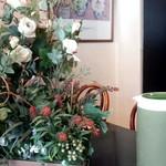 クロック - 三角のカウンター席の中央に飾られた花
