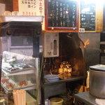 七津屋 - 七津屋さんは男性店員が黙々と仕事をする感じのお店でした。