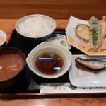 カク一 - 料理写真:天ぷら定食(800円)
