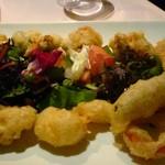 イル・ブッテロ - タコと季節野菜の赤ビール衣揚げ、ライムとイチゴのソース