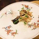 ハミルトン アール - 黒薩摩鶏の炭火焼とジュ       ヤリイカとその墨のジュのソース