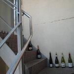 SYM - 入口までの会談にはワインの空き瓶が並んでいます