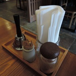 お食事処 極楽亭 - 卓上には七味が常備。