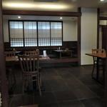 お食事処 極楽亭 - テーブル席、小上がりの座敷の構成。