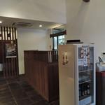 お食事処 極楽亭 - 白壁、木目を基調とした暖色系のやわらかい色調