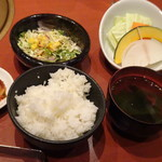 清香園 - ◆ご飯セット。汁物は「ワカメスープ」か「お味噌汁」を選べますので「ワカメスープ」を。 「焼き野菜」か「チシャ」から選択できますので「焼き野菜」を。