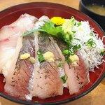 グルメ館 豊魚 - 地魚丼(手前がアジ、左がカンパチ、奥が太刀魚、右側にしらす)