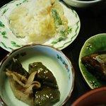 食道楽がんこ - 保内町「がんこ」日替わり定食から、天婦羅とナスの煮物