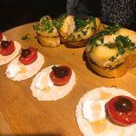 シュラスコ&チーズタッカルビ AMIGO - オードブル・ブルスケッタ。バケットは ツナ×じゃがいも×マヨネーズ。もうひとつは えびせん×クリームチーズ×トマト。