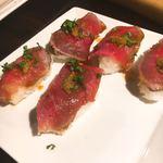 シュラスコ&チーズタッカルビ AMIGO - ローストビーフのお寿司。ミニサイズで1人1つ。ちゃんと酢飯で美味しかった!