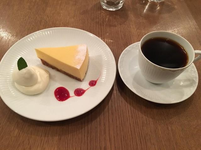 カフェ ファソン コーヒー スタンド - ベイクドチーズケーキと本日のスペシャルティコーヒーとのセット 900円