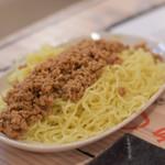 肉汁餃子製造所 - ▪︎おつまみジャージャー麺 ¥620 茹でた麺に挽肉。どシンプル。