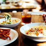 IVY PLACE - 平日はスープやサラダ、パスタなどのセット。週末には、シェアをしながら前菜、サラダ、メイン、ピザやパスタなどをビールやワインとともに楽しめます