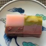 虎屋ういろ - *「伊勢茶栗ういろ」は「こしあん」ですので私好み。甘さも程よくお茶の風味と相まって美味しい。 *「迎春ういろ」は「つぶ餡」ですが、桜餅風味の外郎の味わいも良い品。