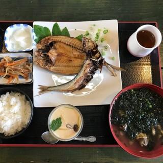 藍ヶ江水産 地魚干物食堂 - 料理写真:真鯵と真鰯の干物 1580円