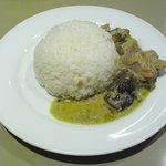 タラ - ナスや鶏肉など具沢山のグリーンカレー