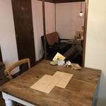 カフェ ガーランド - 今回は、初めての席、2人掛けのテーブル席です(2018.1.8)