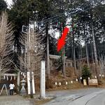 79111364 - 『大室高龗神社』の参道脇にあります(赤い⇒)