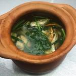 ピンク・エレファント - ハーブ香る鶏のピリ辛薬膳スープ