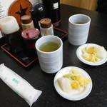 更科 - 料理写真:まずはお茶に漬物